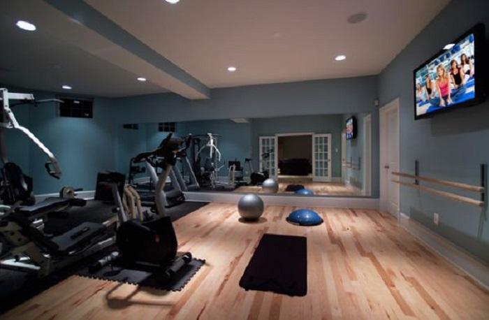 Небольшой спортзал возможно совместить с танцевальной студией что сэкономит пространство в доме.