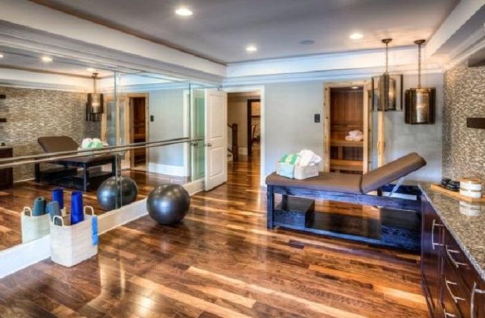 Элегантные деревянные полы и зеркала в спортивном зале создадут приятную атмосферу.