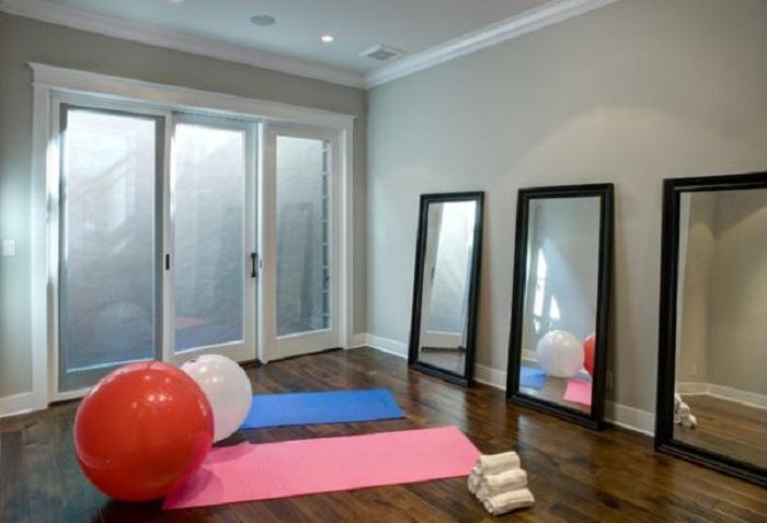 Простые светлые оттенки, которые помогут подчеркнуть ощущение домашнего пространства в тренажерном зале.