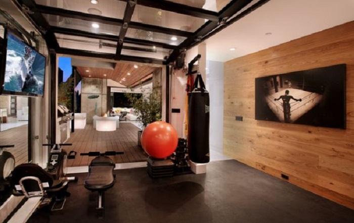 Прекрасная идея для оформления небольшого тренажерного зала дома.