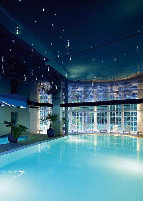Невероятный дизайн крытого бассейна произведет просто незабываемое впечатление.