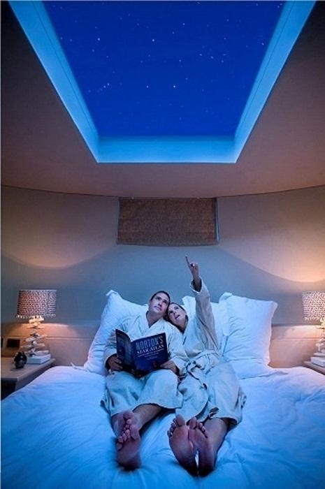 Оригинальное решение для создания невероятной атмосферы в спальной при помощи создания мансардного окна, которое откроет невероятные виды на небо.