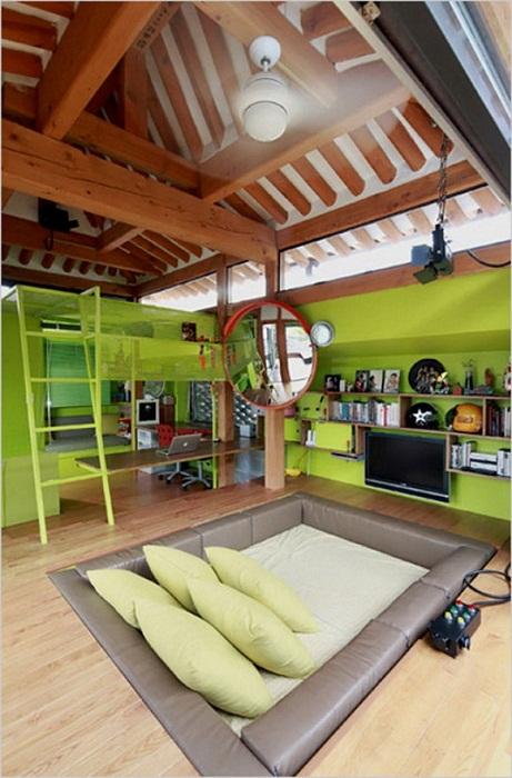 Очень нестандартная и оригинальная кровать в гостиной, что привлечет внимание и очарует с первого взгляда.