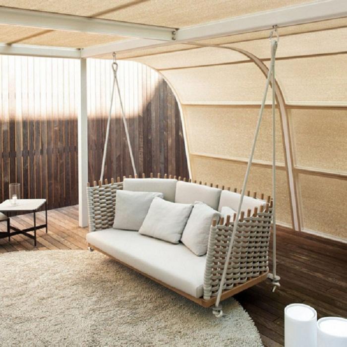 Удивительное место для отдыха во дворе - необыкновенные крытые качели.