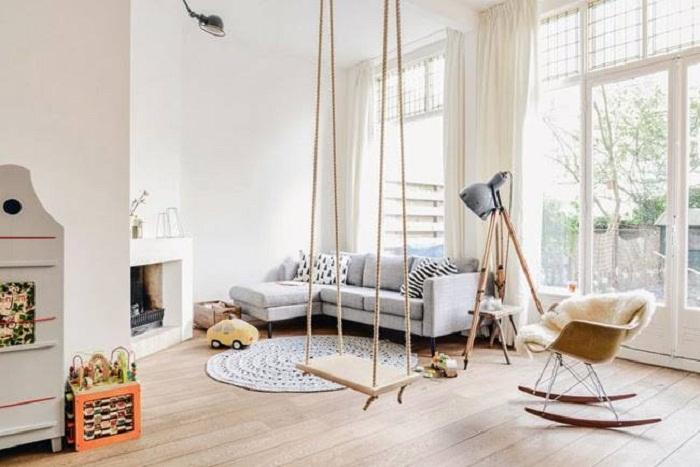 Интересный вариант оформить комнату при помощи размещения в ней красивой качели.