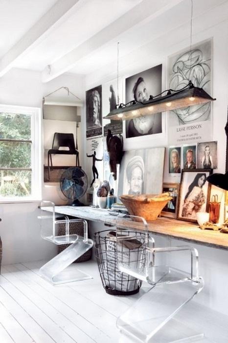 Необычный домашний офис с очень ярким и специфическим интерьером.