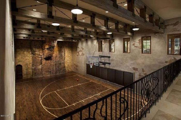 Нестандартное решение для оформления баскетбольной площадки дома, что привнесет особенного настроения в интерьер.