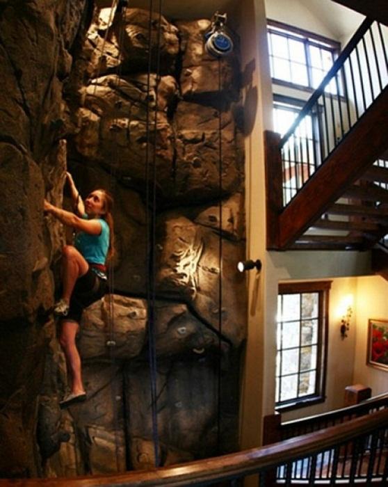Хороший вариант создать зону для отдыха - стену для скалолазания.