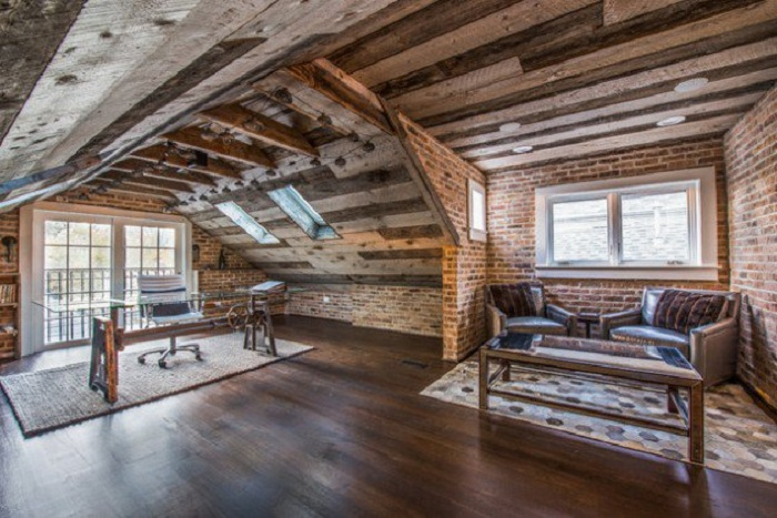 Домашний офис в деревенском стиле с каменной кладкой и деревянными балками, которые создают свою атмосферу.