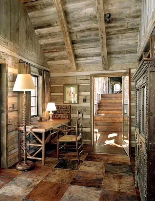 Домашний офис в деревенском стиле в ореховом цвете практичен и симпатичен одновременно.
