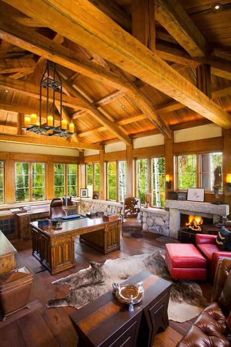 Прекрасный интерьер офиса в доме с красивым интерьером, который украшает люстра над рабочей зоной.