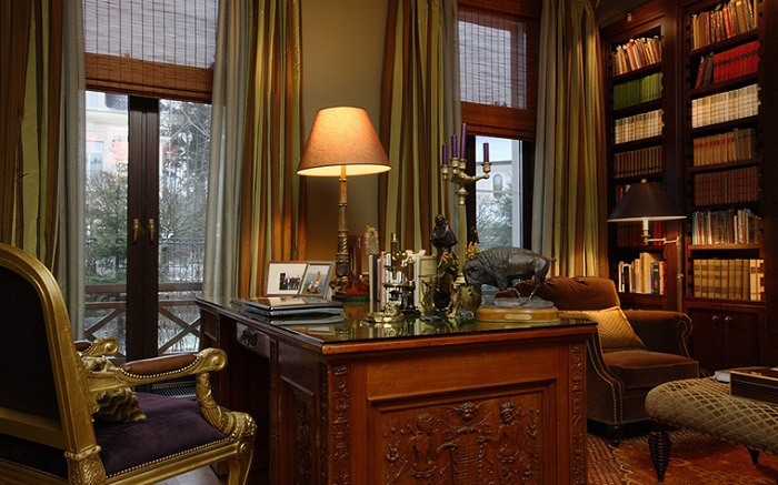 Симпатичное оформление домашнего офиса с богатыми элементами декора.