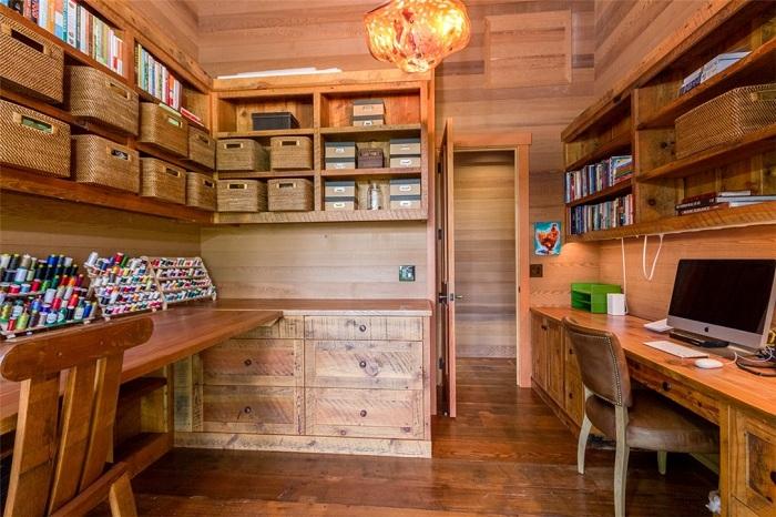 Офис в деревенском стиле с множеством коробок для хранения разных мелочей.