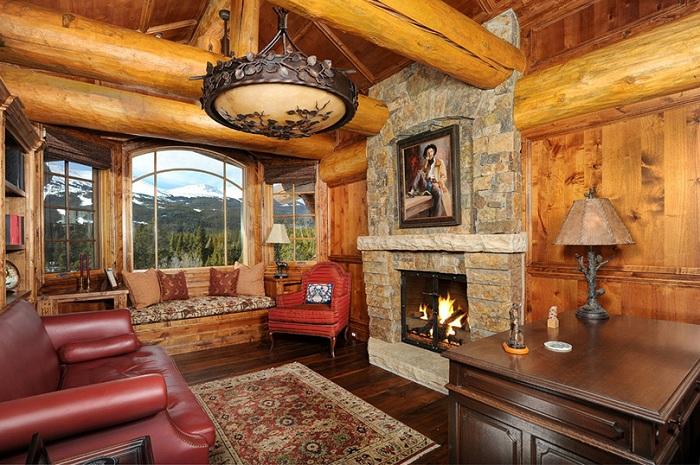 Богатое оформление домашнего офиса подчеркивает статус хозяина.
