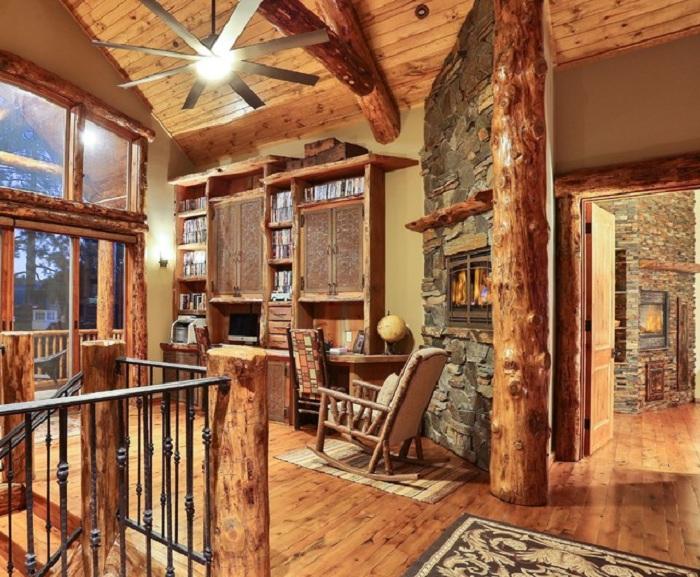 Интересное оформление интерьера домашнего офиса при помощи дерева с камином в дополнении.