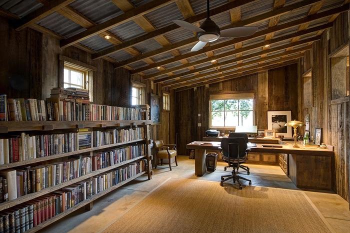 Прекрасное сочетание домашней библиотеки с офисом.