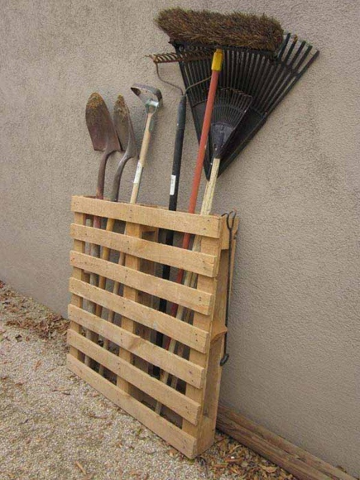 Отличный вариант для создания места для хранения инвентаря на даче сооружено из европоддона.