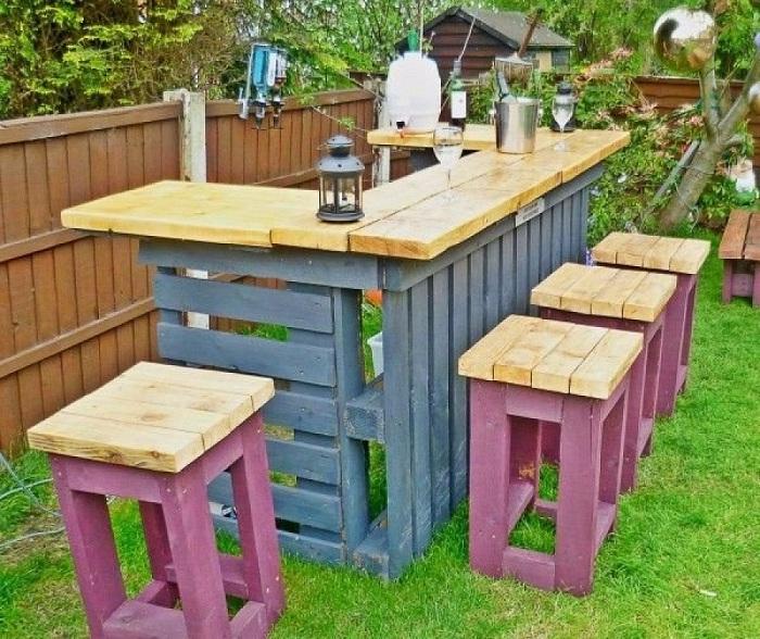 Красочный деревянный бар для праздничной атмосферы в саду.