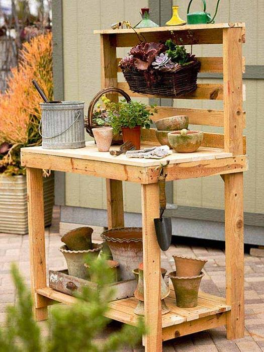 Интересный и простой столик для сада, который сооружен из европоддона, подойдет для оформления рабочей зоны.