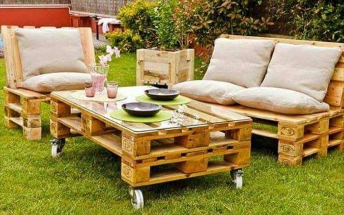 Интересная и симпатичная садовая мебель, которая создана из европоддонов.