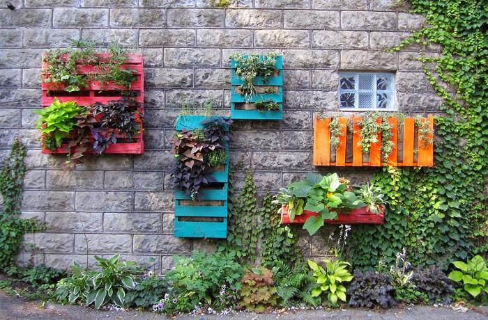 Отличные варианты создания вертикальных полок для сада из европоддонов, которые украсят любую обстановку на природе.