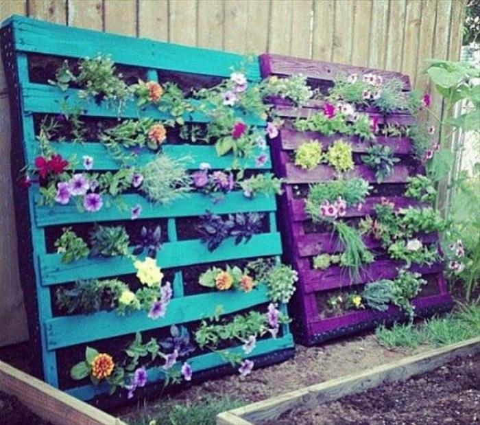 Отличные красочные подставки для горшков в саду из европоддонов.