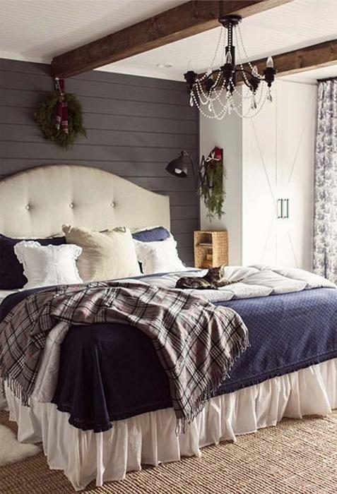 Простой и красивый дизайн спальни в которой потолок украшен при помощи деревянных балок.