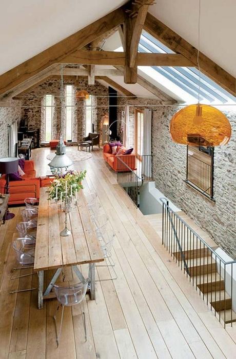 Комната под самой крышей с шикарными мансардами и деревянными балками, что добавляет особенной атмосферы.