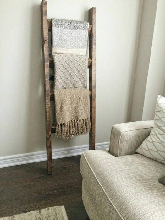 Деревянная лестница, которая служит вешалкой для пледов.