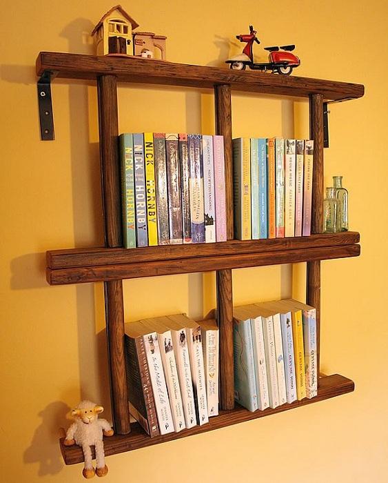 Нестандартные книжные полки, которые сделаны со странных деревянных лестниц.