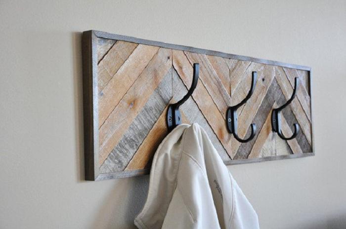 Интересная вешалка из термообработанной древесины.