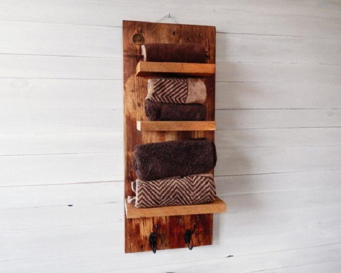 Интересные полки из дерева для удобного хранения полотенец.