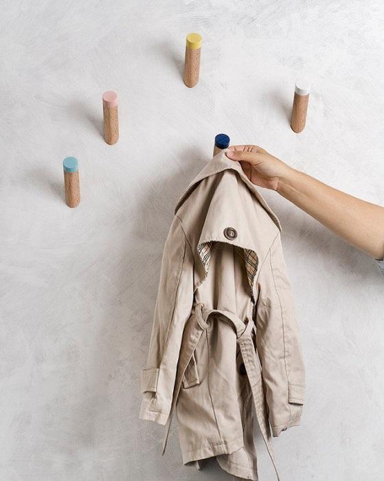 Универсальные крючки для одежды украсят любую прихожую.