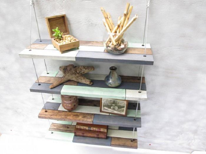 Интересные и необычные настенные полки, которые выполнены из подручных материалов для украшения интерьера дома.