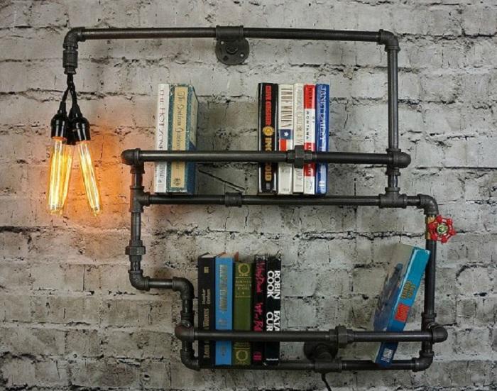 Книжная железная полка, которая состоит из двух уровней для удобного хранения книг.