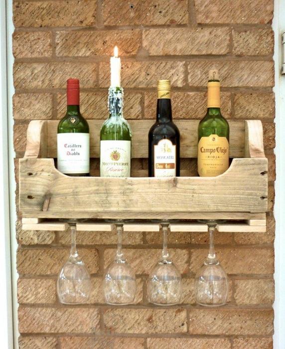 Необычный шкаф для хранения вина в деревенском стиле выполнен из дерева.