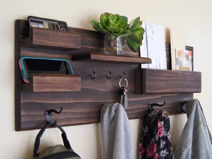 Интересный органайзер для прихожей специально для хранение нужных вещичек и разных мелочей.