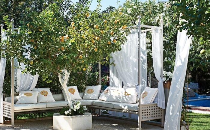 Один из самых практичных вариантов создать место для отдыха в самом центре сада, что будет смотреться обворожительно.