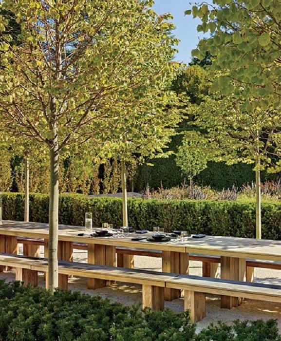 Интересный вариант для оформления места отдыха на природе - длинные давки и столы.
