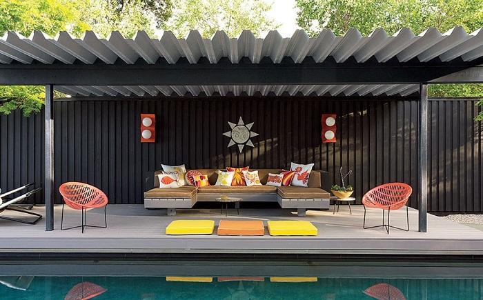Интересное оформления дивана и стульев около бассейна создадут интересное и спокойное настроение.