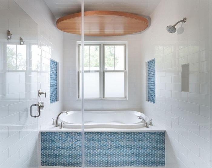Белая плитка с прекрасной мозаикой в голубых тонах.
