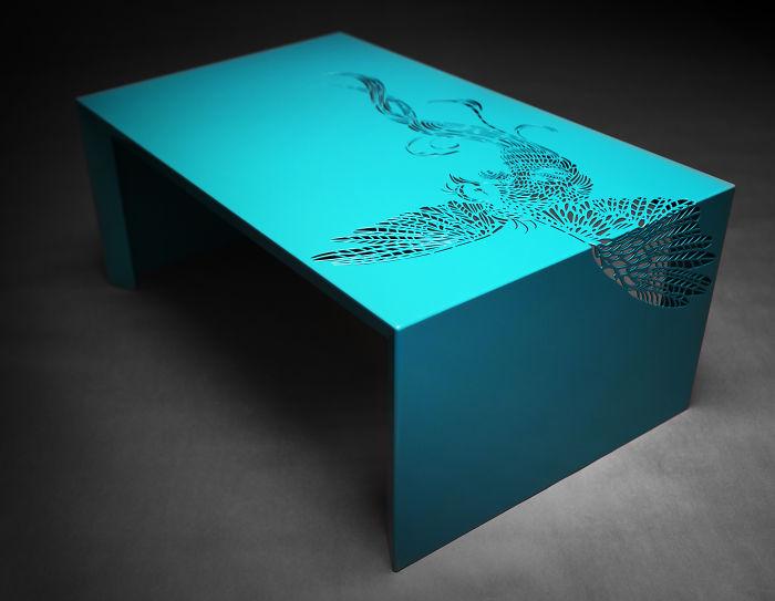 Журнальный столик очень нестандартно оформлен ажурным узором в виде птицы.