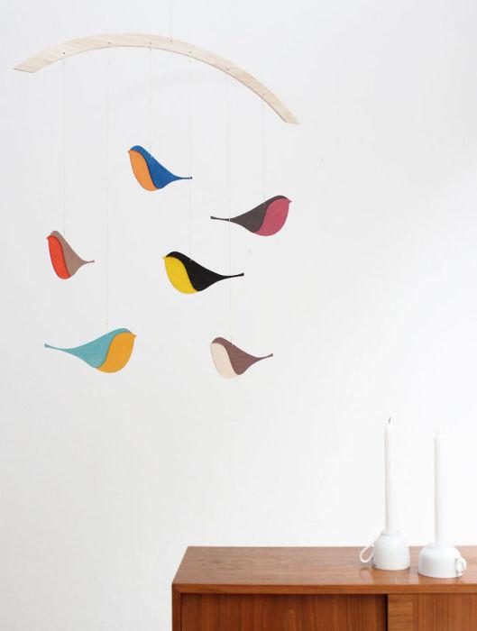 Яркие птички могут стать прекрасным украшением для комнаты.