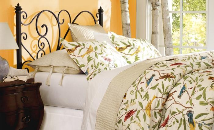 Красочное постельное белье с изображением птиц задает положительное настроение и располагает к отдыху.