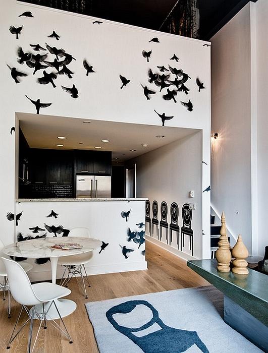 Кухня охвачена властью парящих птиц, которые нарисованы на стене.