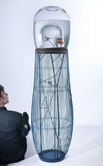 Нестандартное оформление аквариума с клеткой, сэкономит пространство в комнате.