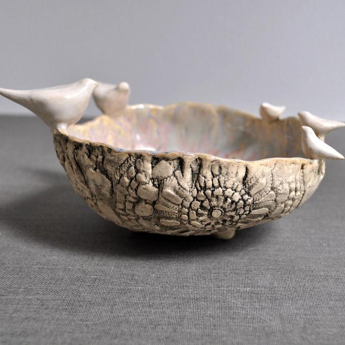 Интересная керамическая чаша станет прекрасным дополнением к интерьеру комнаты.