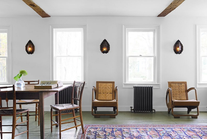 Уютная атмосфера в гостиной с персидским ковром.