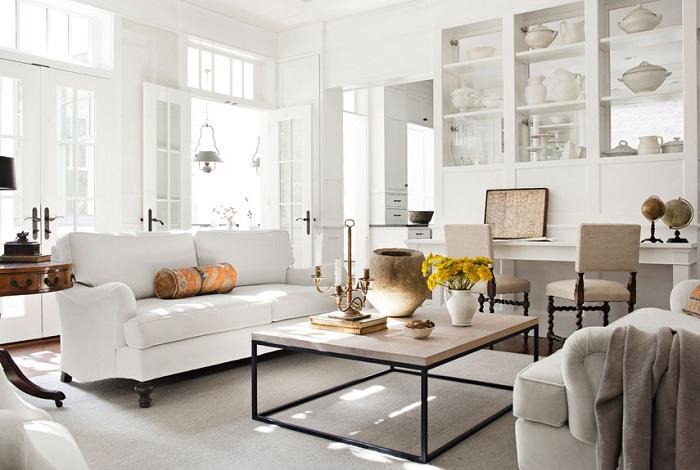 Прекрасное оформление гостиной в светлых тонах, которая освежает и вдохновляет.