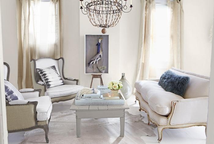 Гостиная оформлена в приглушенных тонах с серыми элементами декора.